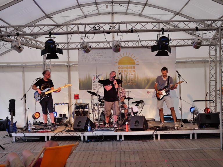 Die Golden Boys & readymade im Zelt