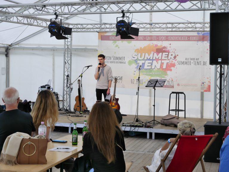 Alex Seidl moderiert den Akustikabend